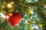 クリスマスネイルは赤と緑や白とゴールドが可愛い!男子目線釘付け